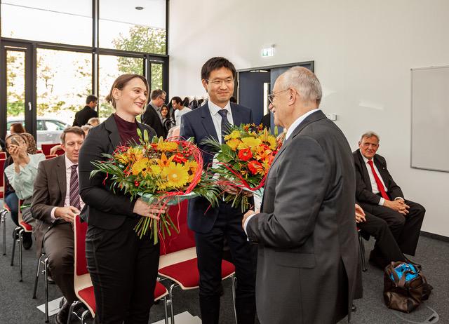 Dr. rer. nat. Sonja Djudjaj und Dr. Yang Shi mit Dr. Bernward Garthoff dem Vorstandsvorsitzenden der Rottendorf Stiftung