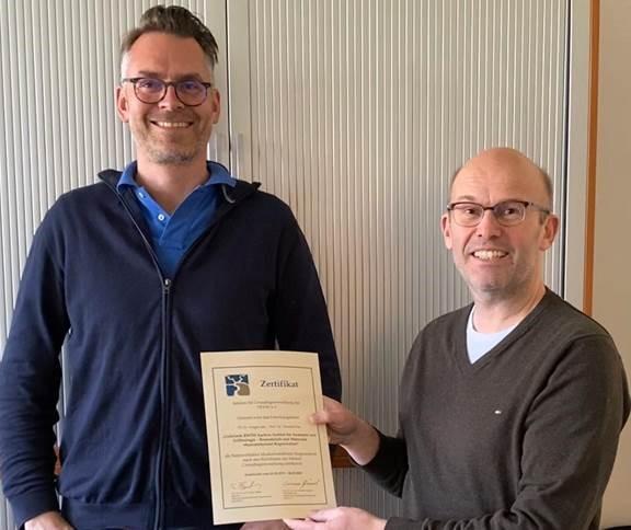 Univ.-Prof. Dr. rer. nat. Thomas Pufe (links) und Priv.-Doz. Dr. rer. nat. Holger Jahr freuen sich über die Ehrung.