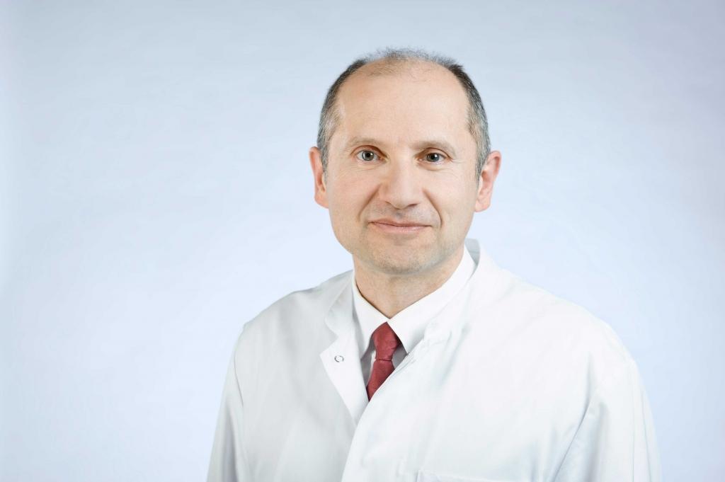 Univ.-Prof. Dr. med. Martin Wiesmann, Direktor der Klinik für Diagnostische und Interventionelle Neuroradiologie an der Uniklinik RWTH Aachen, hat in enger Zusammenarbeit mit seinen Kolleginnen und Kollegen aus der Gefäßchirurgie und Neurologie eine Kombinationstherapie, bestehend aus Thrombektomie und offener Operation, etabliert.