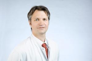 Univ.-Prof. Dr. med. Ulf Neumann ist seit über zehn Jahren Direktor der Klinik für Allgemein-, Viszeral- und Transplantationschirurgie an der Uniklinik RWTH Aachen und seit Anfang 2016 zusätzlich Leiter der Chirurgie des Universitätsklinikums in Maastricht (UMC+ Maastricht), Niederlande.