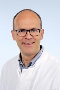 Univ.-Prof. Dr. med. Marcus Möller ist Klinischer Leiter der KFO 5011 und Oberarzt in der Klinik für Nieren- und Hochdruckkrankheiten, Rheumatologische und Immunologische Erkrankungen (Medizinische Klinik II) an der Uniklinik RWTH Aachen.