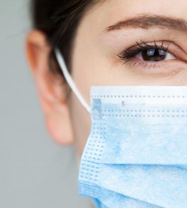 Freundliches Lächeln trotz medizinischer Gesichtsmaske – Studie belegt: Das Tragen von Porträtfotos auf der Arbeitskleidung hat positive Wirkung auf Patienten