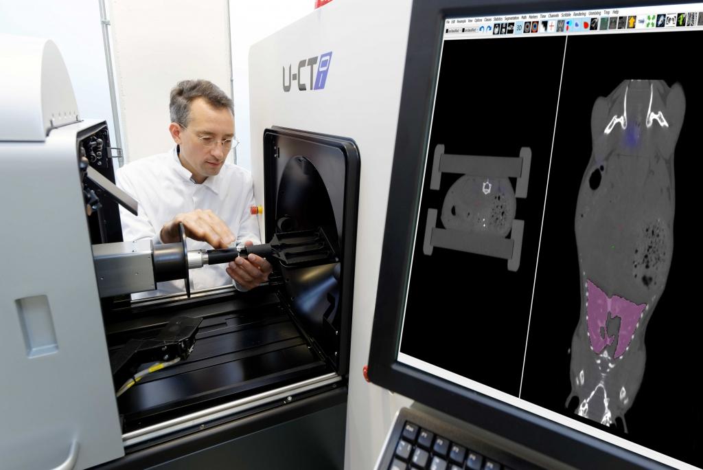 Vorbereitung einer Messung am FMT-CT-Hybridbildgebungsscanner. (Foto: Peter Winandy)